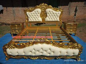 tempat tidur ukir warna emas